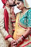 Pose de couples des jeunes mariés - Inde Photographie stock libre de droits