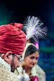 Pose de couples des jeunes mariés - Inde Images libres de droits