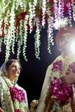 Pose de couples des jeunes mariés - Inde Photo libre de droits