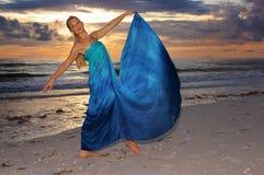 Pose de danse sur la plage Photographie stock libre de droits