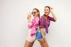 Pose de deux amis Style de vie moderne Deux meilleurs amis sexy élégants de filles de hippie prêts pour la partie Jeune amie Photographie stock libre de droits