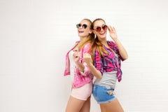 Pose de deux amis Style de vie moderne Deux meilleurs amis sexy élégants de filles de hippie prêts pour la partie Jeune amie Photo libre de droits