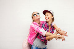 Pose de deux amis Style de vie moderne Deux meilleurs amis sexy élégants de filles de hippie prêts pour la partie Jeune amie Image stock