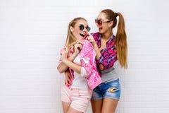 Pose de deux amis Style de vie moderne Deux meilleurs amis sexy élégants de filles de hippie prêts pour la partie Jeune amie Image libre de droits