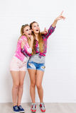 Pose de deux amis Style de vie moderne Deux meilleurs amis sexy élégants de filles de hippie prêts pour la partie Jeune amie Images libres de droits