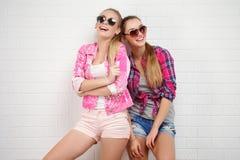 Pose de deux amis Style de vie moderne Deux meilleurs amis sexy élégants de filles de hippie prêts pour la partie Jeune fille deu Photo libre de droits