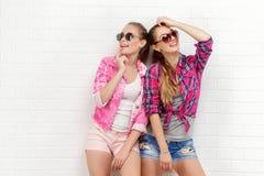 Pose de deux amis Style de vie moderne Deux meilleurs amis sexy élégants de filles de hippie prêts pour la partie Jeune fille deu Image stock