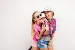 Pose de deux amis Style de vie moderne Deux meilleurs amis sexy élégants de filles de hippie prêts pour la partie Jeune fille deu Photographie stock libre de droits
