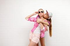 Pose de deux amis Style de vie moderne Deux meilleurs amis sexy élégants de filles de hippie prêts pour la partie Jeune fille deu Images stock