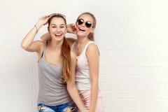 Pose de deux amis Style de vie moderne Deux meilleurs amis sexy élégants de filles de hippie prêts pour la partie Jeune fille deu Photographie stock