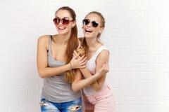 Pose de deux amis Style de vie moderne Deux meilleurs amis sexy élégants de filles de hippie prêts pour la partie Jeune fille deu Photos stock