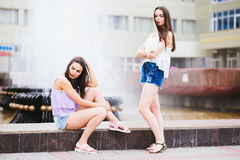 Pose de deux belle amies sur la rue Photographie stock