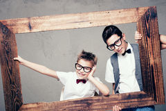 Pose de deux jeunes frères Images libres de droits
