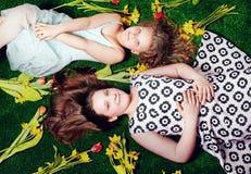 Pose de deux soeurs. Photo stock