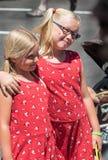Pose de duas meninas para a imagem Fotografia de Stock