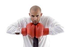 pose de gants d'homme d'affaires de boxe Photographie stock libre de droits