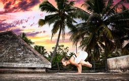 Pose de grue de bakasana de yoga images stock