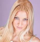 Pose de jeune femme de Bearutiful Photographie stock