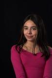 Pose de l'adolescence au-dessus du contexte noir images libres de droits