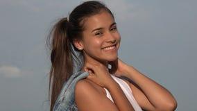 Pose de l'adolescence hispanique d'isolement de fille photo libre de droits