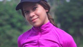 Pose de l'adolescence sportive de fille image stock