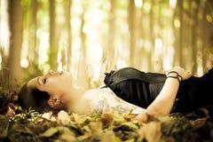 Pose de la fille sur la forêt Photos libres de droits