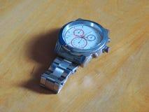 Pose de la montre argentée d'affaires Photographie stock