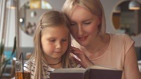 Pose de mère et de fille au café banque de vidéos