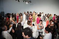Pose de modèles pendant la présentation de Tracy Reese Images libres de droits