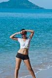 Pose de plage de jeunes femmes Image libre de droits
