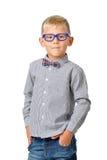 Pose de port en verre et de bowtie de chemise de garçon sérieux de portrait Concept éducatif D'isolement au-dessus du blanc photo stock