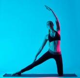 Pose de porte de Parighasana d'exercices de yoga de femme images libres de droits