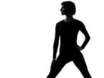 Pose de position de vêtements de sport de femme Images libres de droits