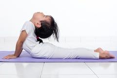Pose de pratique chinoise asiatique de yoga de petite fille Photos stock