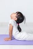 Pose de pratique chinoise asiatique de yoga de petite fille Images stock