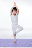 Pose de pratique chinoise asiatique de yoga de petite fille Photos libres de droits