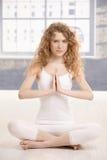 Pose de pratique femelle attrayante de prière de yoga Photographie stock