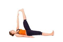 Pose de reclinação praticando da ioga do dedo grande do pé da mulher Imagens de Stock Royalty Free