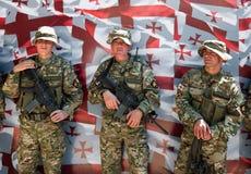 Pose de soldats. Indicateur géorgien. Tbilisi. La Géorgie. Images libres de droits