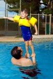 Pose de superhéros de Holds Son In de père photos stock