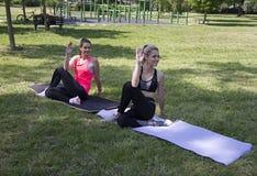 Pose de yoga d'Ardha Matsyendrasana Yoga en parc photos libres de droits