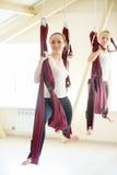Pose de yoga de guerrier dans l'hamac Photos libres de droits