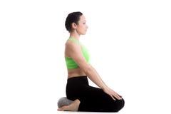 Pose de yoga de héros avec l'oreiller photo stock