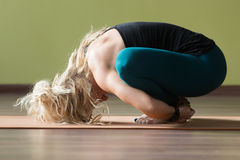 Pose de yoga de Malasana Photos stock