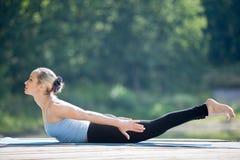 Pose de yoga de sauterelle photo stock