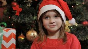 Pose della bambina in cappello del ` s di Santa archivi video