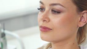 Pose della donna al salone di cosmetologia fotografia stock libera da diritti