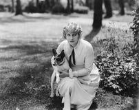 Pose della donna con il terrier di Russell del herJack immagine stock libera da diritti