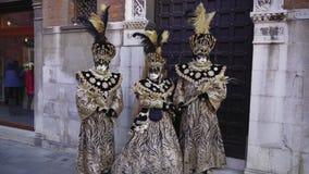 Pose della maschera di carnevale di Venezia, Italia e del costume in campo San Zaccaria video d archivio