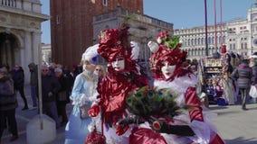 Pose della maschera di carnevale di Venezia, Italia e del costume nel quadrato di St Mark stock footage